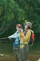 釣りをする女性と写真を撮る女性