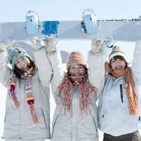 スノーボードを持ち微笑む3人の女性 20027009153| 写真素材・ストックフォト・画像・イラスト素材|アマナイメージズ