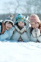 雪原に寝転び微笑む3人の女性 20027009156| 写真素材・ストックフォト・画像・イラスト素材|アマナイメージズ