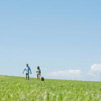 犬の散歩をするシニア夫婦 20027009171| 写真素材・ストックフォト・画像・イラスト素材|アマナイメージズ