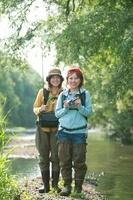 釣り竿を持つ女性とカメラを持つ女性