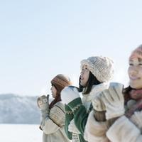 マグカップを持つ3人の女性