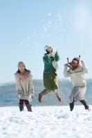 雪原でジャンプをする3人の女性
