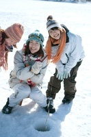 ワカサギ釣りをする3人の女性