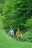 山道を歩く2人の女性
