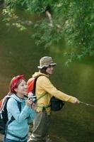 釣りをする2人の女性