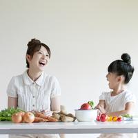 テーブルの上に並ぶ野菜と親子