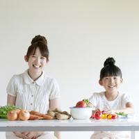 テーブルの上に並ぶ野菜と親子 20027009215| 写真素材・ストックフォト・画像・イラスト素材|アマナイメージズ
