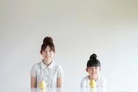 テーブルに置いた梨と親子