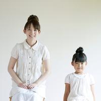 微笑む親子 20027009258| 写真素材・ストックフォト・画像・イラスト素材|アマナイメージズ