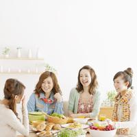 ホームパーティーを楽しむ4人の女性