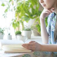本を読む女性の手元 20027009441| 写真素材・ストックフォト・画像・イラスト素材|アマナイメージズ