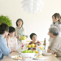 パーティーの準備をする3世代家族