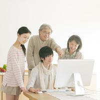 パソコンの画面を見る家族