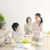 朝食の準備をする家族