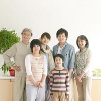 キッチンの前に並ぶ3世代家族