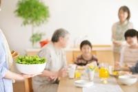 朝食の準備をする3世代家族