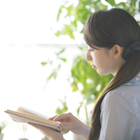 本を読む女性の横顔