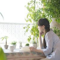 窓の外を眺める女性 20027009476| 写真素材・ストックフォト・画像・イラスト素材|アマナイメージズ