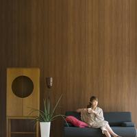 ソファーでくつろぐ女性 20027009578| 写真素材・ストックフォト・画像・イラスト素材|アマナイメージズ