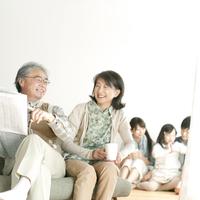 微笑む祖父母と家族