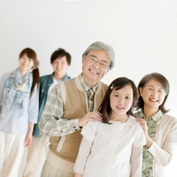 微笑む3世代家族