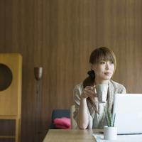 コーヒーカップを持ちリラックスをする女性 20027009613| 写真素材・ストックフォト・画像・イラスト素材|アマナイメージズ