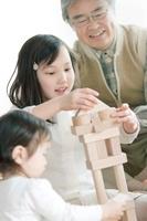 積み木で遊ぶ孫と祖父