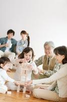 積み木で遊ぶ3世代家族
