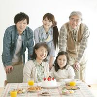 パーティーをする3世代家族
