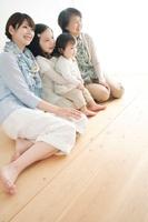 床に座る3世代家族