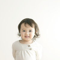 微笑む乳児のポートレート