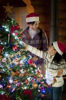 クリスマスツリーの飾り付けをする親子 20027009695| 写真素材・ストックフォト・画像・イラスト素材|アマナイメージズ
