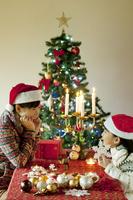 クリスマスグッズで遊ぶ親子