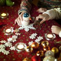 クリスマスグッズで遊ぶ親子の手元