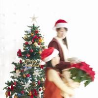 クリスマスの準備をする親子 20027009707| 写真素材・ストックフォト・画像・イラスト素材|アマナイメージズ