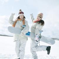 スノーボードを持ち微笑む2人の女性 20027009716| 写真素材・ストックフォト・画像・イラスト素材|アマナイメージズ