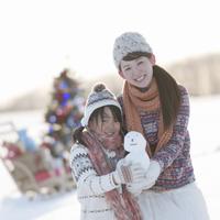 雪だるまを持ち微笑む親子 20027009725| 写真素材・ストックフォト・画像・イラスト素材|アマナイメージズ