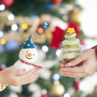 雪だるまとクリスマスツリーを持つ親子の手元 20027009730| 写真素材・ストックフォト・画像・イラスト素材|アマナイメージズ
