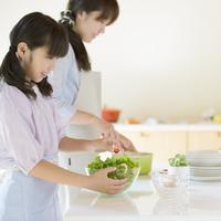 キッチンで食事の準備をする親子