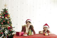 クリスマスグッズで遊ぶ親子 20027009754| 写真素材・ストックフォト・画像・イラスト素材|アマナイメージズ