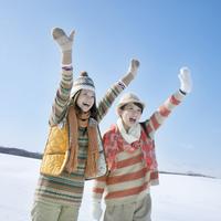 雪原ではしゃぐ2人の女性 20027009769| 写真素材・ストックフォト・画像・イラスト素材|アマナイメージズ