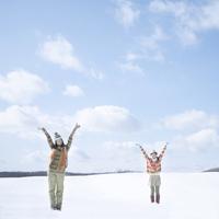 雪原に立ち両手を広げる2人の女性 20027009788| 写真素材・ストックフォト・画像・イラスト素材|アマナイメージズ