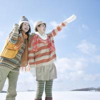 雪原で微笑む2人の女性 20027009790| 写真素材・ストックフォト・画像・イラスト素材|アマナイメージズ