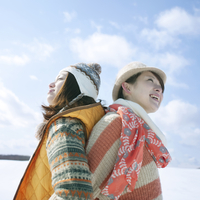 雪原で背中合わせに立つ2人の女性 20027009792| 写真素材・ストックフォト・画像・イラスト素材|アマナイメージズ