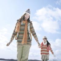 雪原で微笑む2人の女性 20027009793| 写真素材・ストックフォト・画像・イラスト素材|アマナイメージズ