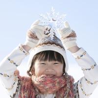 雪の結晶を持ち微笑む女の子 20027009821| 写真素材・ストックフォト・画像・イラスト素材|アマナイメージズ