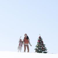 クリスマスツリーと空を指差す親子 20027009824| 写真素材・ストックフォト・画像・イラスト素材|アマナイメージズ