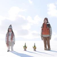 雪原に並ぶ親子と門松 20027009837| 写真素材・ストックフォト・画像・イラスト素材|アマナイメージズ