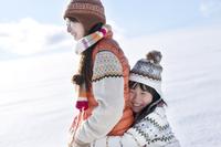 雪原で母親に抱きつく女の子 20027009838| 写真素材・ストックフォト・画像・イラスト素材|アマナイメージズ